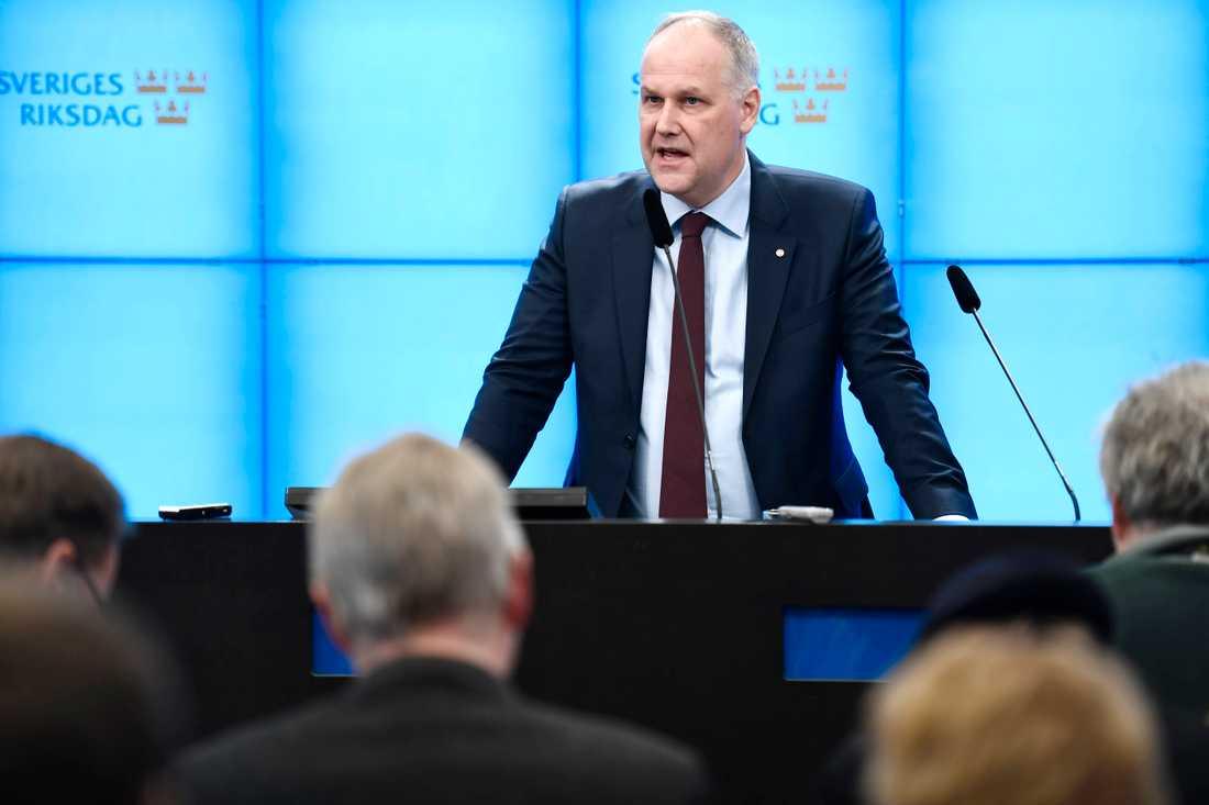 Jonas Sjöstedt håller presskonferens