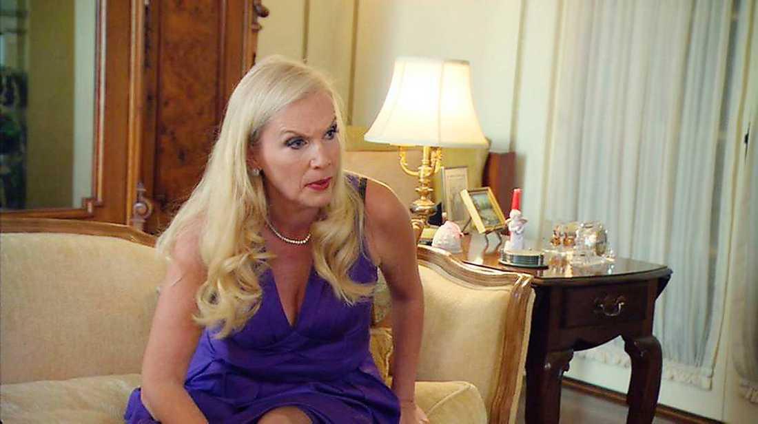 """Ord står mot ord Hollywoodfrun Gunilla Persson menar att producenten David har läckt en musikvideo med Gunillas dotter Erika på Youtube. Men enligt producenten har hon missförstått allt. """"Hon är inte en normal person"""", säger han."""