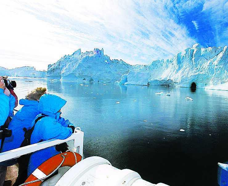 En isgrotta i sikte. På Grönland säger man till barnen att grottorna är garage för valarna när det regnar.