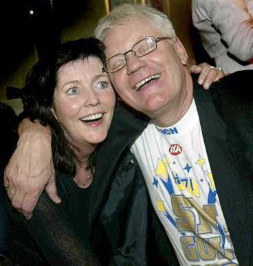 Mannen bakom HV:s framgångar, sportchefen Dag Larsson njöt av segern med frun Elisabeth.