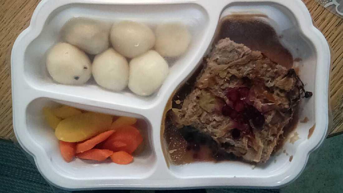 DAGENS LUNCH - och middag: Kålpudding med potatis och morötter i en plastlåda märkt fredag.