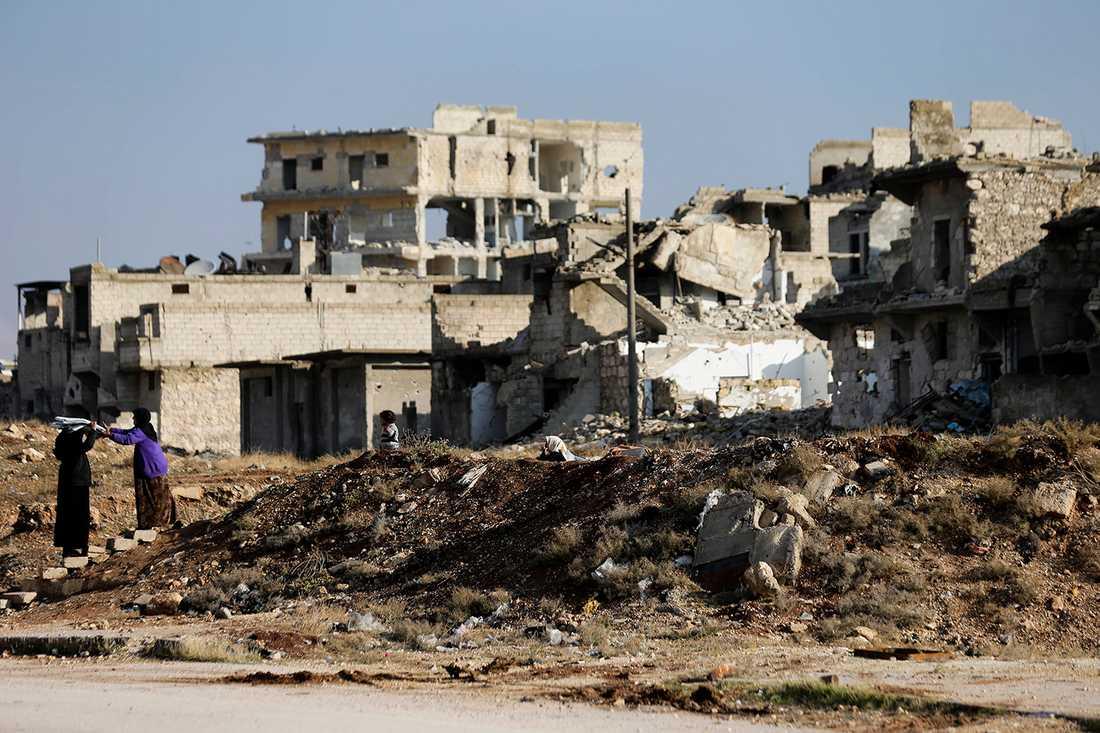 En familj återvänder till sitt hem i östra Aleppo.