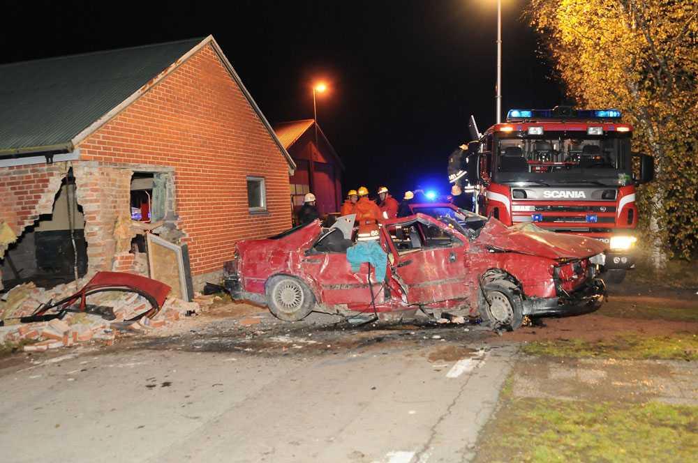 Krockade med gaveln Olyckan inträffade utanför Sjöbo i morse. Föraren fick sladd och kraschade in i en tom stallbyggnad.