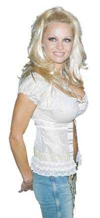 Ökat omfång Pamela Anderson är en av dem som påverkar unga flickor att skaffa större bröst. Hon har dock fått sina på operationsbordet.