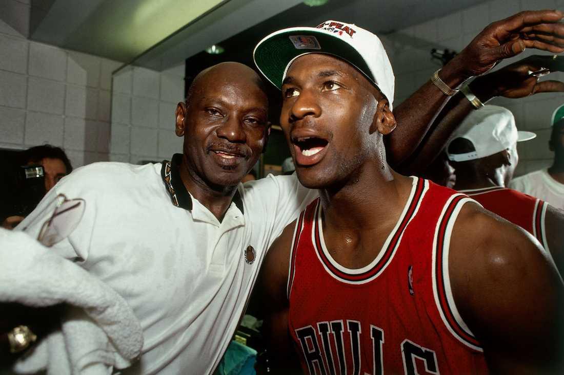 Michael Jordan firar NBA-titeln 1993 i omklädningsrummet med sin pappa James, som senare samma år mördades. Arkivbild.
