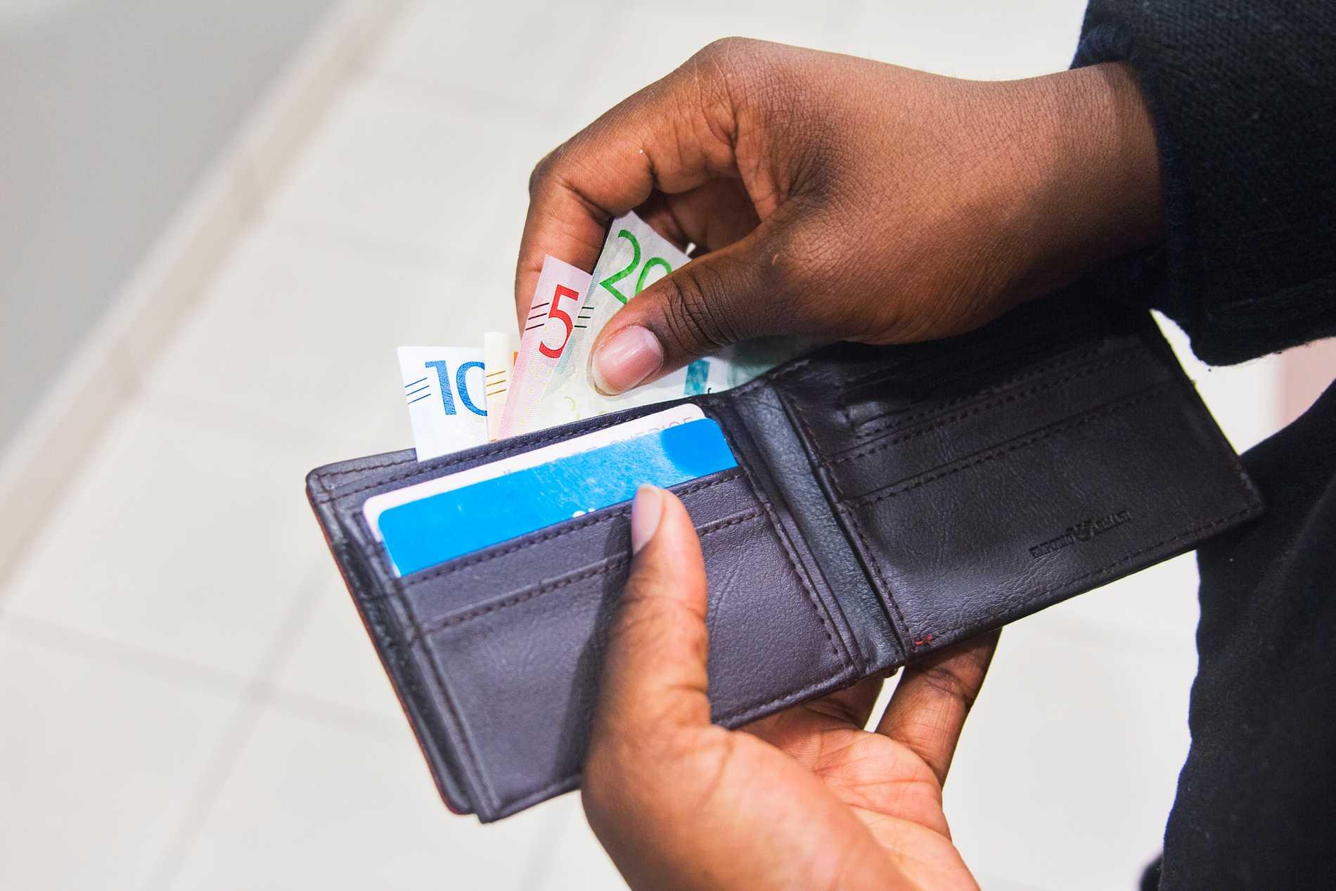 Höginkomsttagare och pensionärer hör till dem som får mer kvar i plånboken efter årsskiftet. Arkivbild.