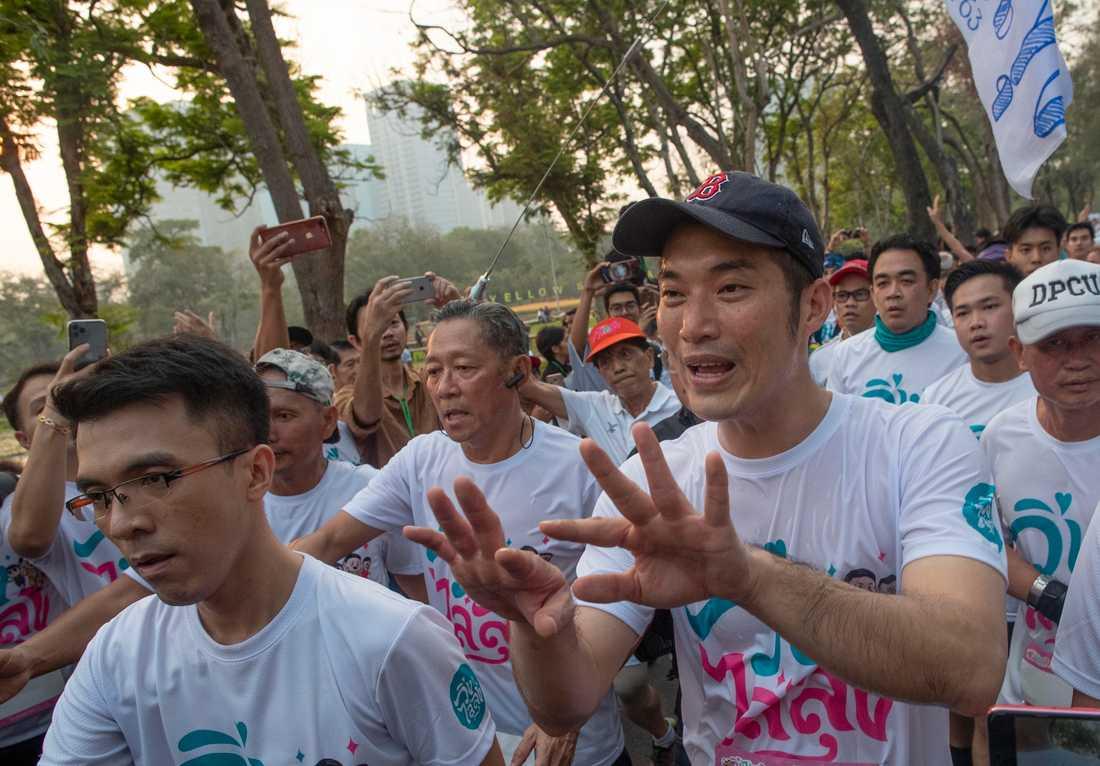 Thanathorn Juangroongruangkit (till höger), ledare för partiet Ny framtid, omgiven av anhängare i Bangkok. Arkivbild.
