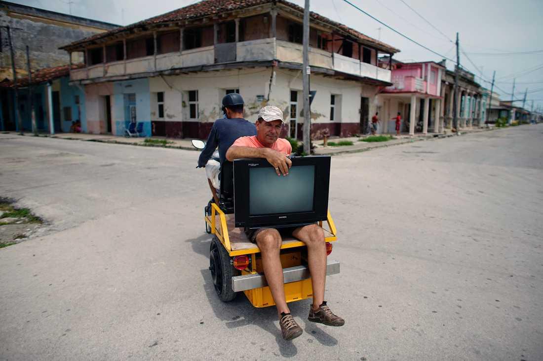 Doctor Alberto Rodriguez tar med sig sin TV  när han förflyttar sig till säkrare plats på Kuba.