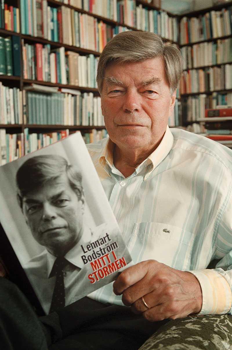 """2001 gav Lennart Bodström ut sina memoarer """"Mitt i stormen""""."""