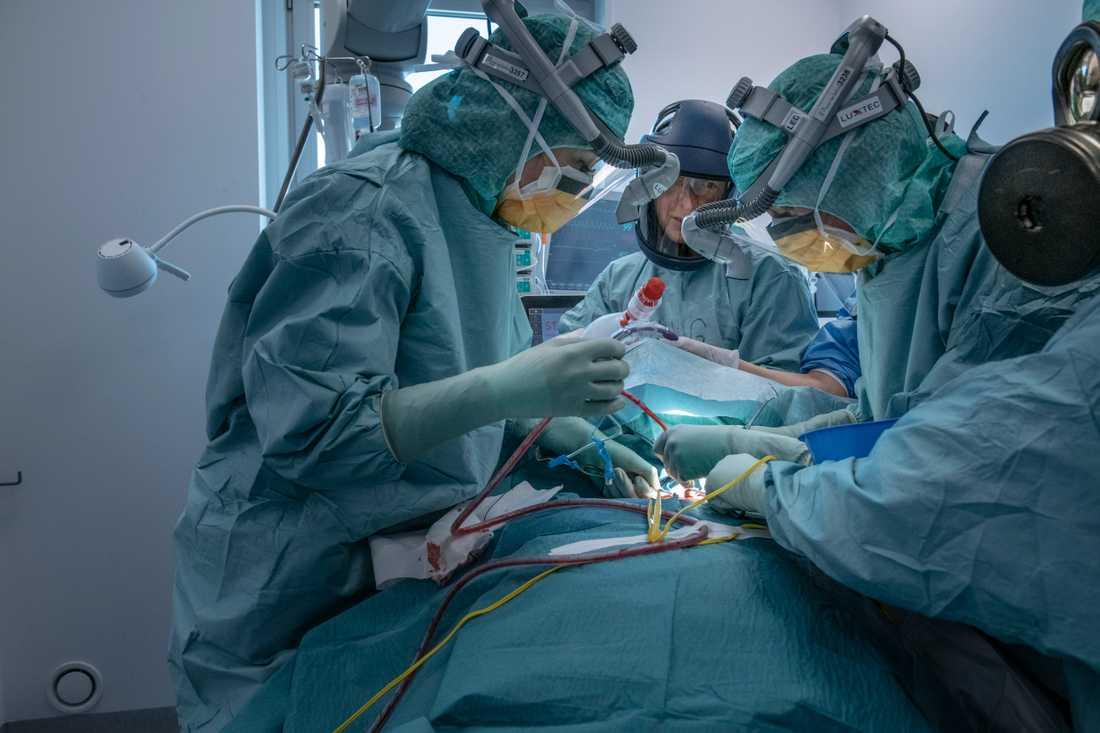 Patient på intensivvårdsavdelningen på Södertälje sjukhus.