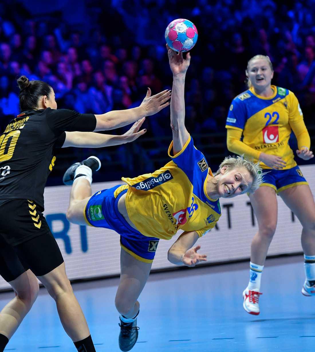 Elin Hallagård mot Montenegros Milena Raicevic i handbolls-EM.