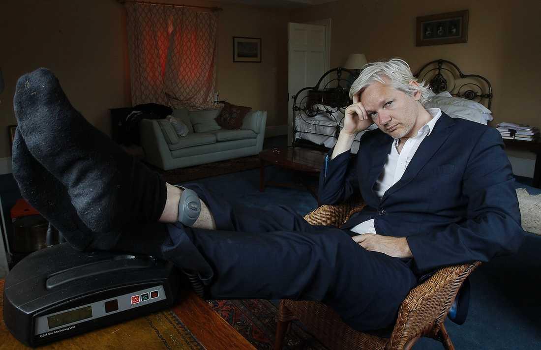 """HJÄLTEN HAVERERADE  Wikileaksledaren Julian Assange ifrågasätts allt mer efter den senaste nätpubliceringen av 250 000 UD-telegram. """"Wikileaks har reducerats till språkrör för en enskild individ med problem"""", skrev The Guardian – en av många tunga tidningar som nu tagit sin hand från Assange. Dan Josefsson har också tvingats revidera sin bild av Wikileaksgrundaren som en yttrandefrihetens hjälte."""