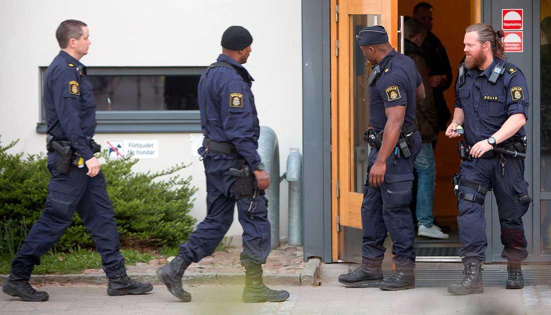 Polis vid huset där en man hittades mördad.