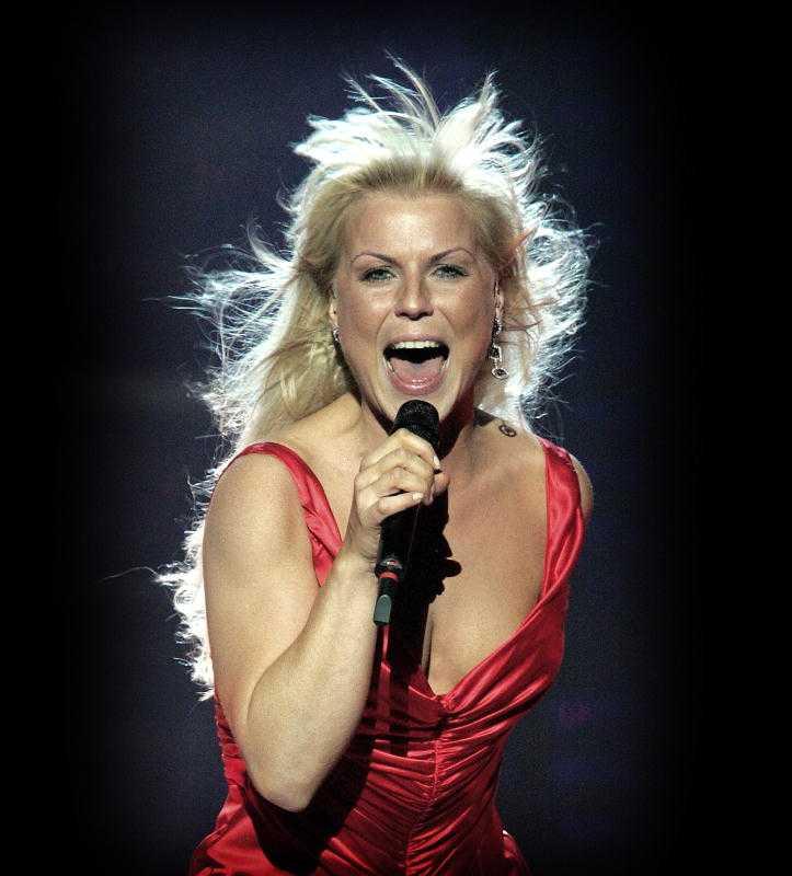 """2005 tävlade Josefin Nilsson i Melodifestivalen med låten """"Med hjärtats egna ord""""."""