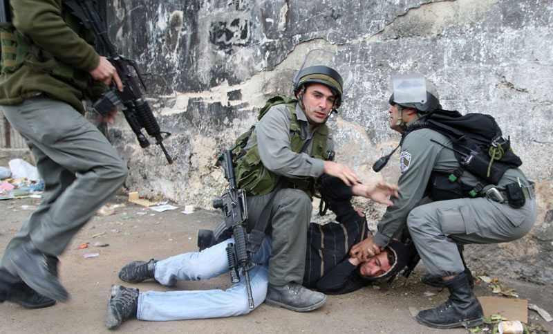En palestienier grips av israelisk polis.