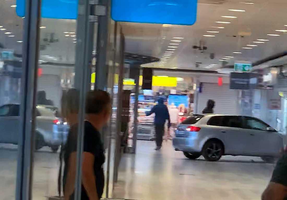 Smash and grab mot guldbutik i Hallunda Centrum.
