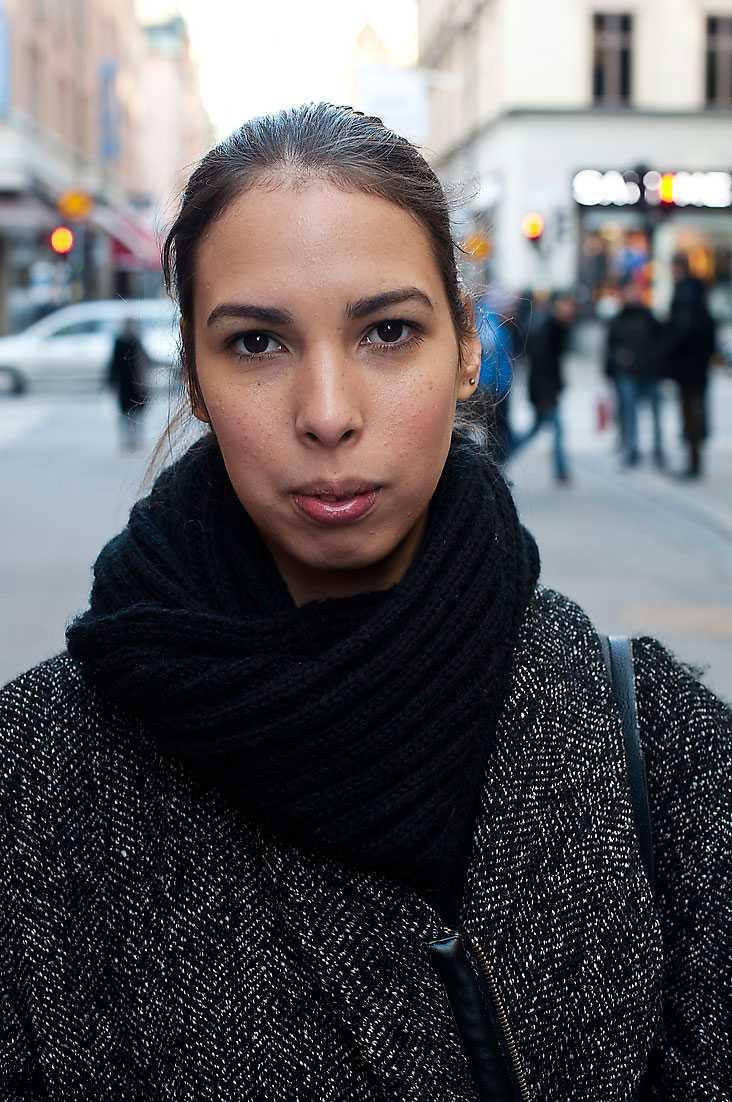 Känner du dig rädd när du går i mörker? Christine Carlsson, 23, student, Stockholm: – Nej, oftast inte, men jag går inte på Götgatan i Stockholm klockan 2 på natten. Jag känner mig mest otrygg när jag möter ungdomar som är stökiga, exempelvis på tunnelbanan. Då brukar jag ringa någon.