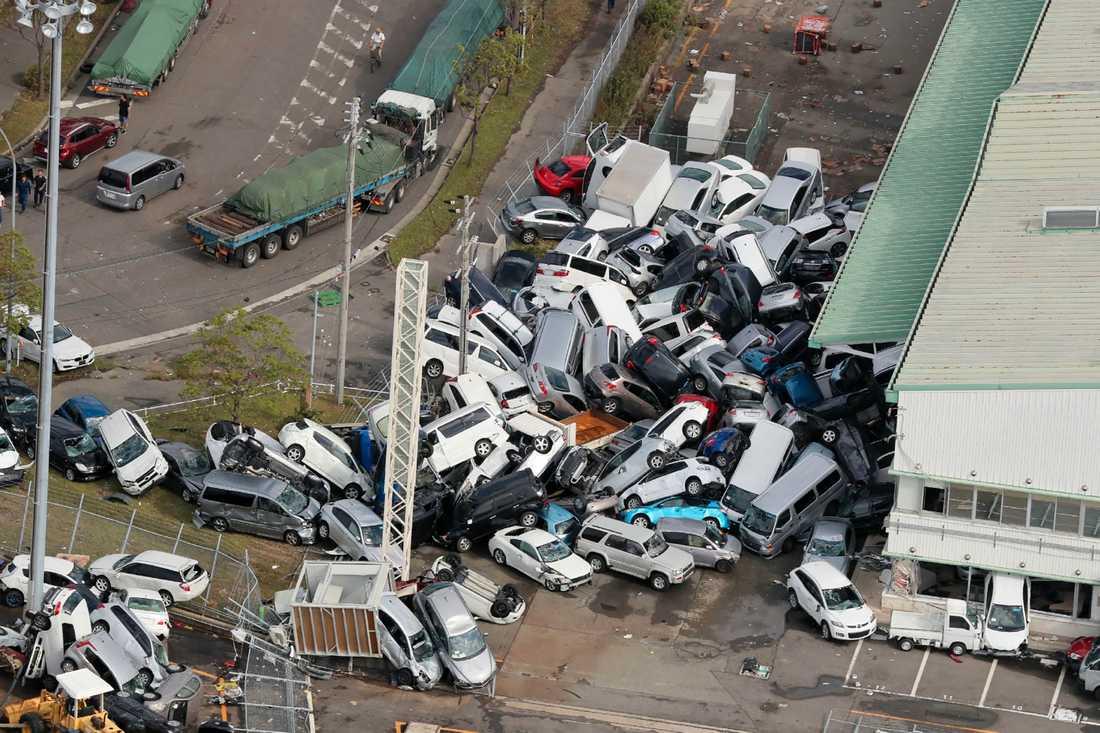 Bilar i drivor efter de starka vindarna i Kobe.