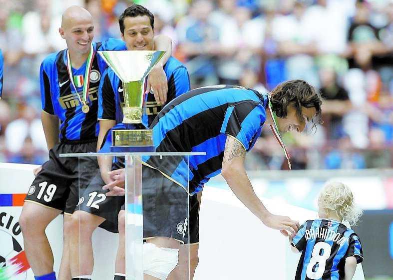 MAX UTDELNING Zlatan Ibrahimovic med bucklan, medaljen och sonen Maximilian vid prisutdelningen i går.