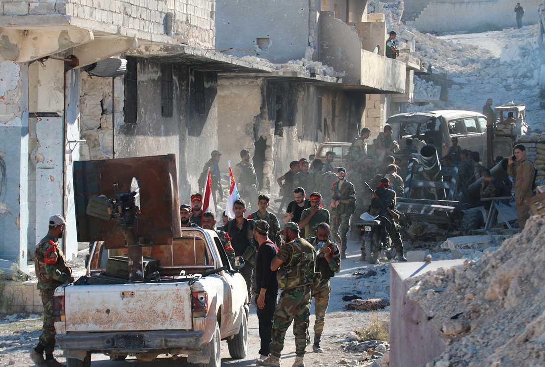 Syriska regimsoldater i det palestinska flyktinglägret Handarat. Foto: Reuters/TT