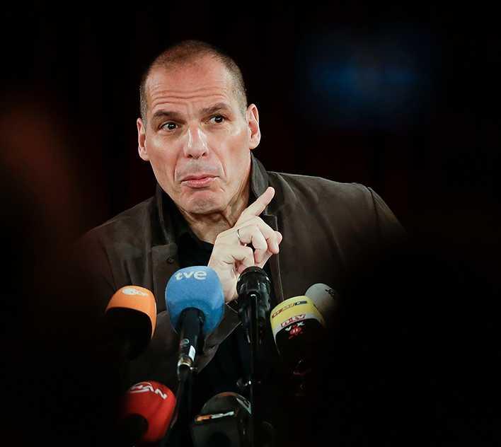 frontmannen Greklands karismatiske förre finansminister Yanis Varoufakis på podiet i Berlin i tisdags när Democracy in Europe Movement (DiEM 25) presenterades.