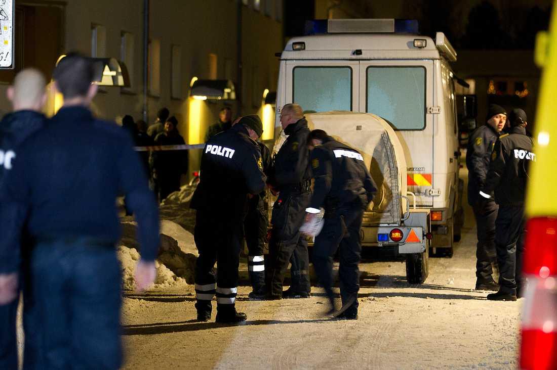 HAN HADE EN BOMB I HUSET Sent i går kväll spärrade polisen av den lägenhet i Greve utanför Köpenhamn där man tidigare hade gripit en av de terrormisstänkta männen. Vid undersökningar av fastigheten hittade man en bomb och huset utrymdes. På adressen greps tidigare under dagen en 26-årig man som misstänks vara delaktig i terrorplanerna.
