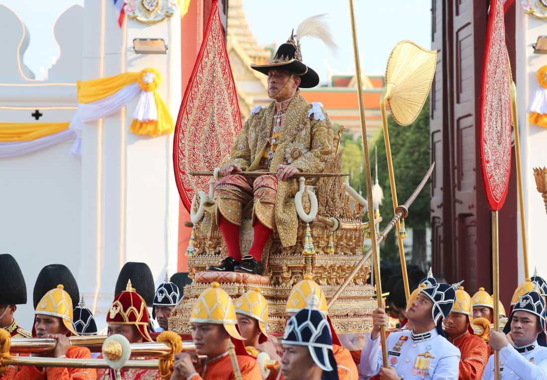 Thailands nykrönte kung Rama X bars genom Bangkok av soldater.