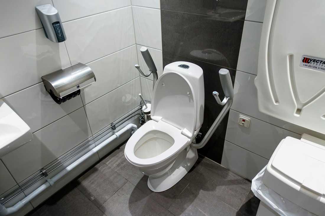 Kvinnan dog på toaletten.
