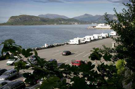 På den här parkeringsplatsen i Ålesund i Norge ska våldtäktsmannen ha mött sina offer.