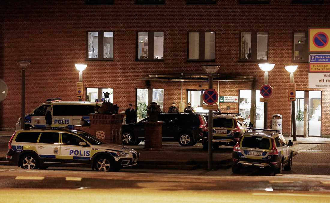 Mannen vårdas för livshotande skador på Sahlgrenska.