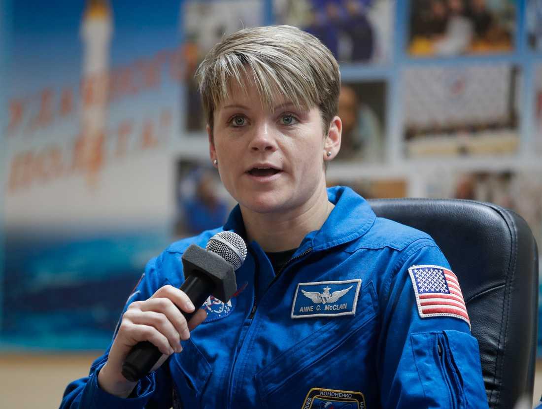 Den amerikanska astronauten Anne McClain vid en presskonferens i fjol.