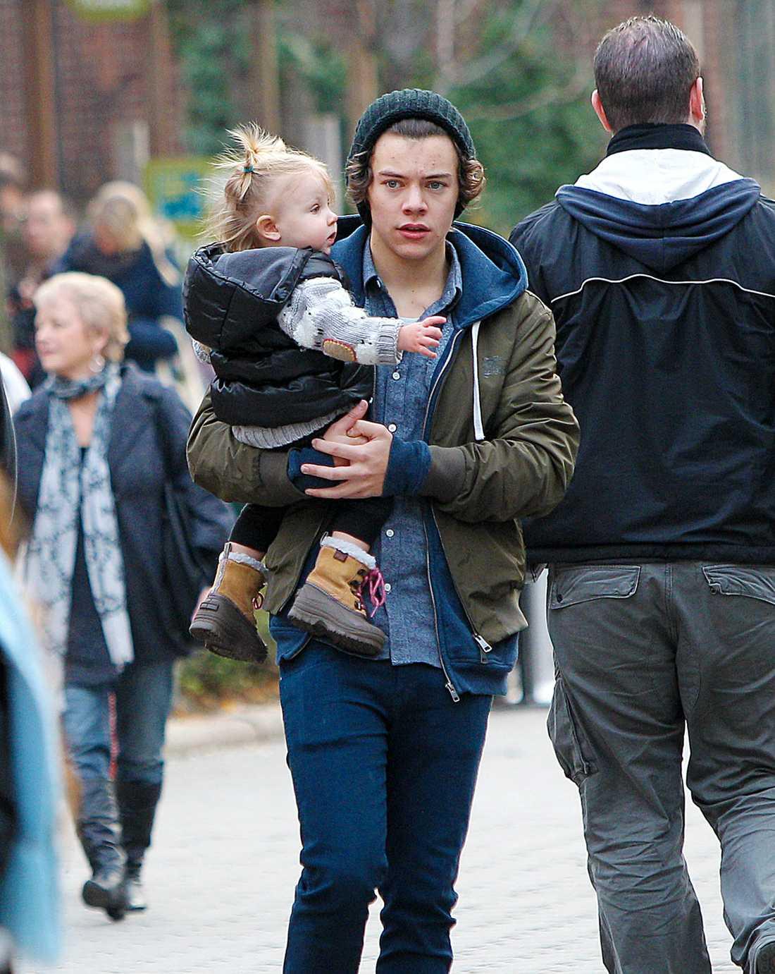 Harry Styles med ett litet barn