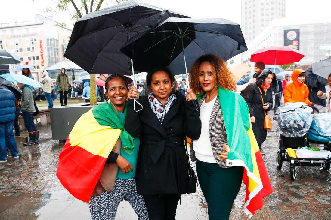 Hanna Tadesa, 21, Farsta med Frewoiny Berhe, 39, Norsborg och Woube Mamo, 35, Stockholm. – Vi är här för flyktingarna. Jag kom själv till Sverige från Etiopien för fem år sedan och pluggar på hotell- och restaurangprogrammet. Jag tycker att det är mycket som måste förbättras för nyanlända. Vi bor flera personer i ett pyttelitet rum, det måste bli lättare att skaffa bostad.