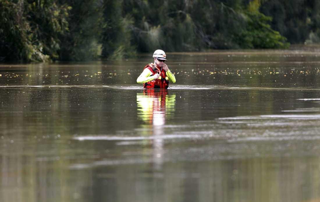 VADAR ÖVER MOTORVÄGEN En räddningsarbetare korsar Capricorn Highway, som ligger helt under vatten strax söder om svårt drabbade Rockhampton. Militären flög in nödhjälp till de isolerade invånarna som är helt avskurna från yttervärlden.