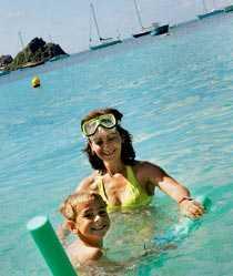"""Alina Dantec svalkar sig gärna i Karibiska havet med sin son Valentin, 6 år. Alina kommer från Rumänien. För tio år sedan gifte hon sig här. """"Jag lämnar aldrig den här ön"""", säger hon."""