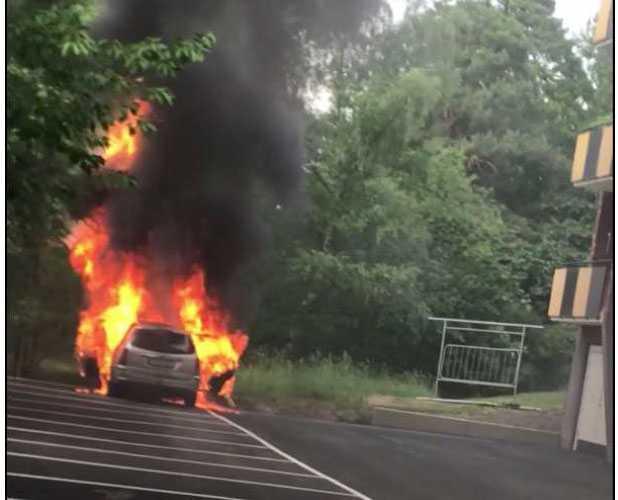När gärningsmännen ska bränna flyktbilen, något de  säger sig aldrig gjort tidigare, häller de på mångdubbelt mer än nödvändigt, 30 liter. De blir brännskadade och grips direkt efteråt när de ska lämna Lidingö gående via gång-och cykelbron.
