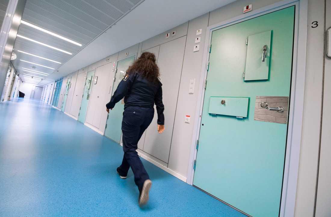Häktet i Huddinge har varit överfullt senaste tiden och för att skapa mer platser har man bland annat tvingats dubbelbelägga vissa rum.