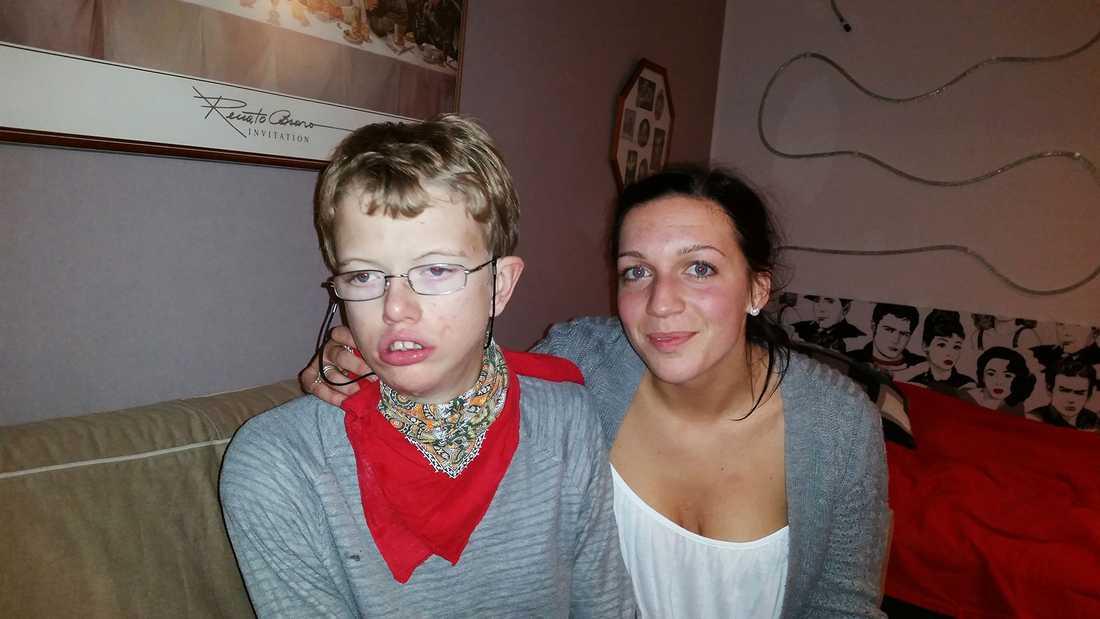 """""""Vi fattar ingenting"""" Anton Fagerblom, 19, har en utvecklingsstörning och sitter i rullstol. Därför hade han och två assistenter fått en handikapplats på Arena Skövde. Men personalen tyckte att Anton störde. Först blev sällskapet flyttat till en plats längre bak, sedan tvingades de lämna arenan. """"Vi fattar ingenting. Han satt tyst hela tiden förutom mellan två låtar"""", säger assistenten Mikaela Gustavsson."""