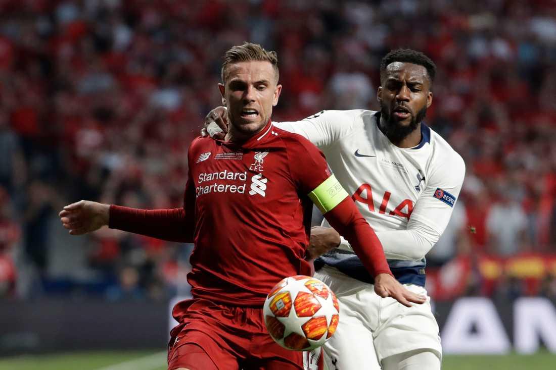De engelska landslagsmännen Jordan Henderson och Danny Rose, här i kamp med varandra i fjolårets Champions League-final, har båda varit aktiva i kampen mot spridningen av coronaviruset. Arkivbild.