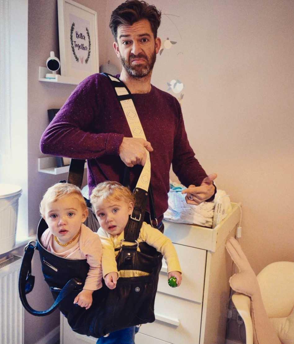 Här är han med två av sina döttrar.