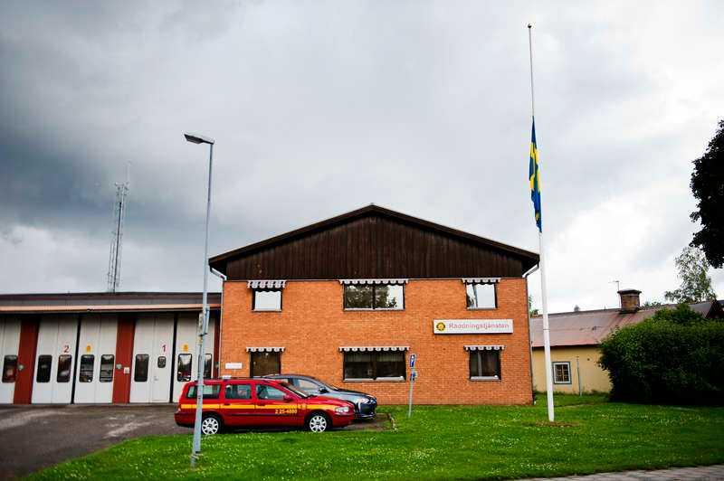 """BYGD I SORG Utanför räddningstjänstens byggnad i Smedjebacken hängde flaggan på halv stång. """"Vi är som en stor familj"""", säger räddningschefen Lars Andersson."""