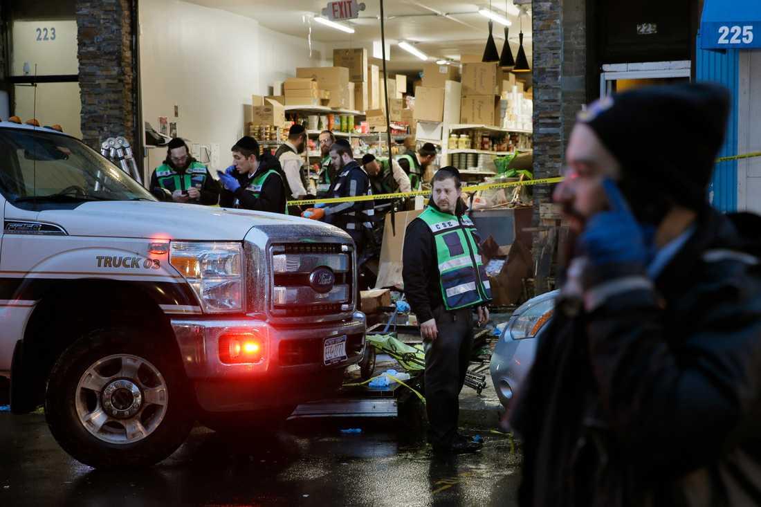 Räddningsarbete i matbutiken som utsattes för skjutningar under tisdagen.