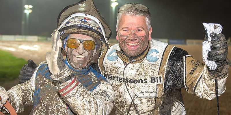 Per Nordström och Peter Ingves efter segern i Svensk Uppfödningslöpning med Islay Mist Sisu. Nordström tog hem första, tredje och femteplatsen i loppet som tränare.