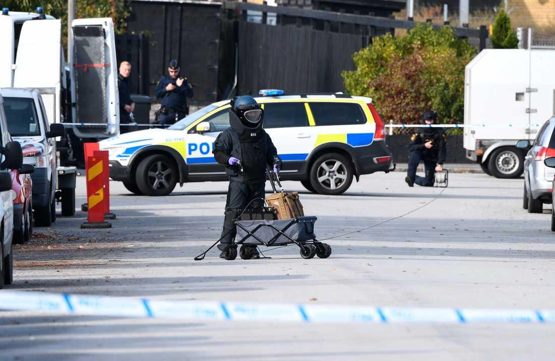 Nationella bombskyddet i arbete i Fosie i Malmö, där ett misstänkt farligt föremål hittades på tisdagsförmiddagen.