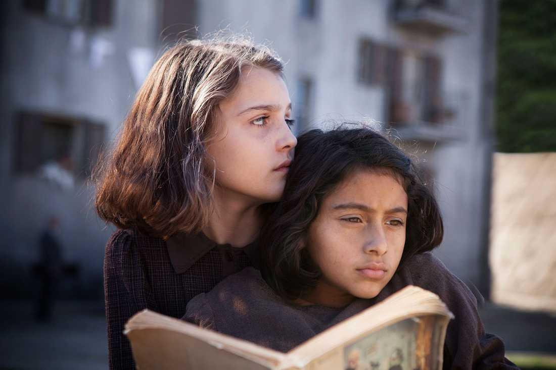 """En studie i grått. Det är ingen insmickrande bild av Neapel som visas i HBO:s """"My brilliant friend"""". Elisa del Genio som Elena och Ludovica Nasti som Lila."""