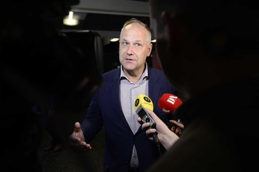 Jonas Sjöstedt intervjuas innan debbaten.