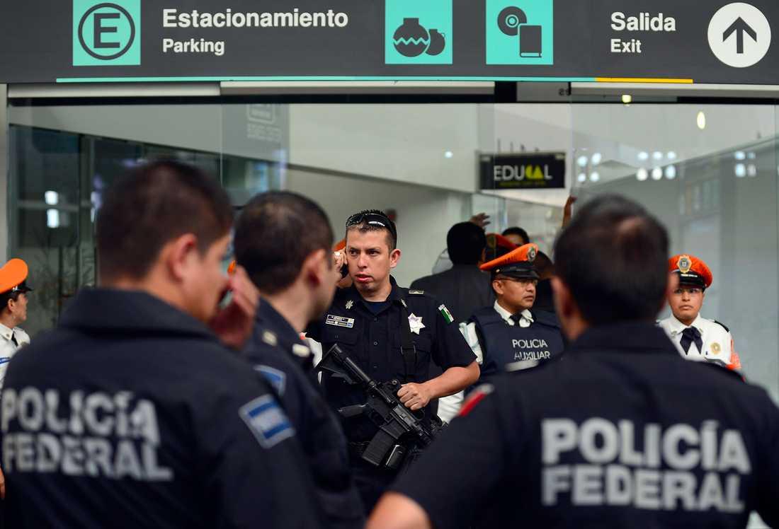 Polispådrag på Mexiko Cotys internationella flygplats efter skottlossningen.
