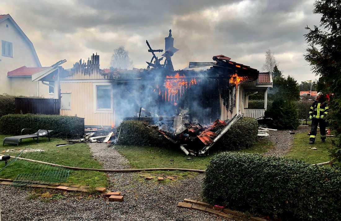 Sandras Bhattis hus brann ner till grunden.