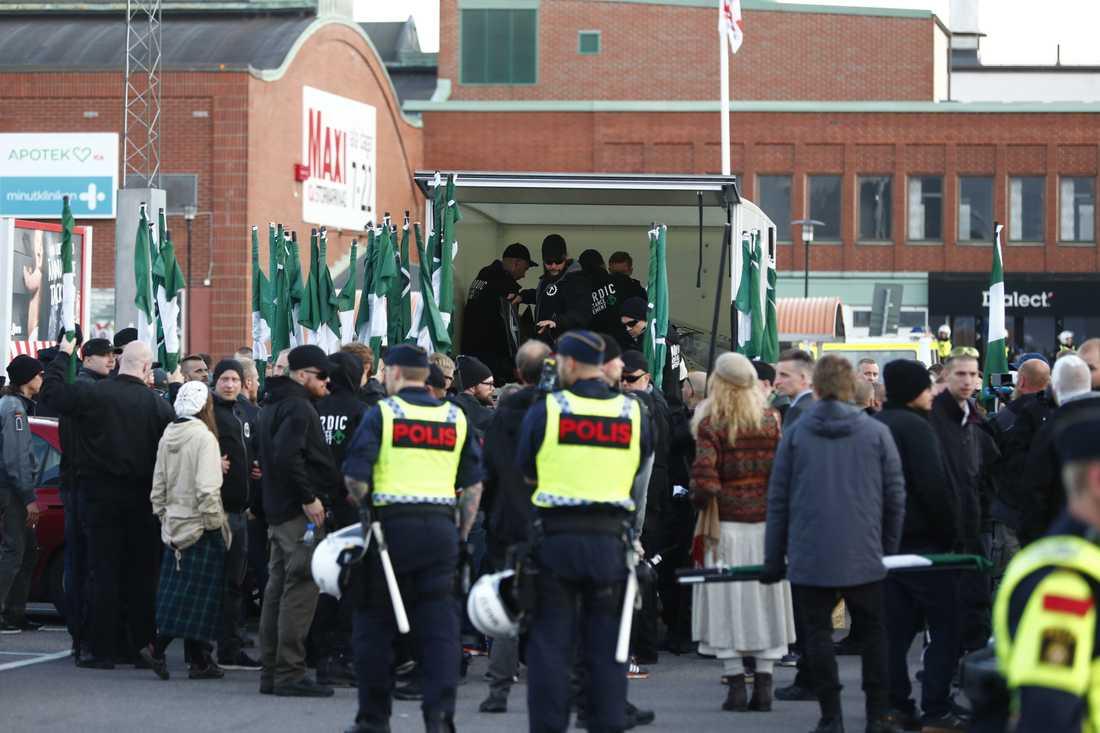 Demonstranter från Nordiska motståndsrörelsens (NMR) lastar in fanor och sköldar och lämnar Göteborg när demonstrationen slutade på lördagen.