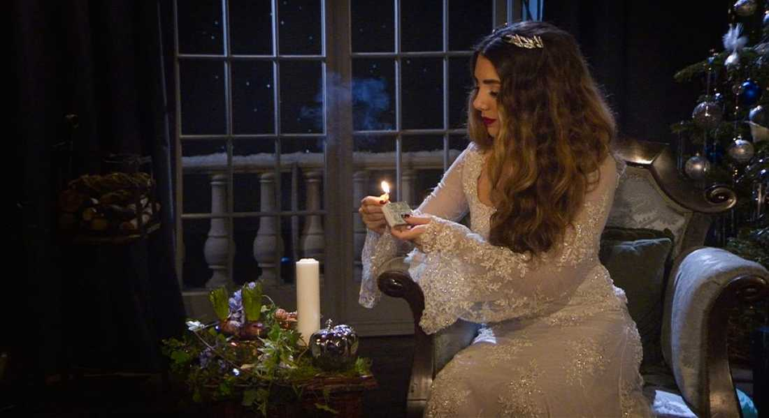 Gina Dirawi som SVT:s julvärd.